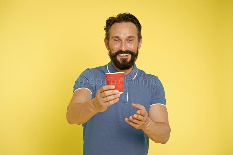 Taza de caf? reciclable La taza de caf? madura del papel del control del hombre del inconformista coloca el fondo amarillo Descan fotos de archivo