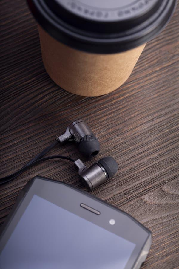 Taza de caf? y smartphone blanco en la tabla de madera r?stica Composici?n de la endecha del plano del caf? del vintage Escena de fotografía de archivo libre de regalías