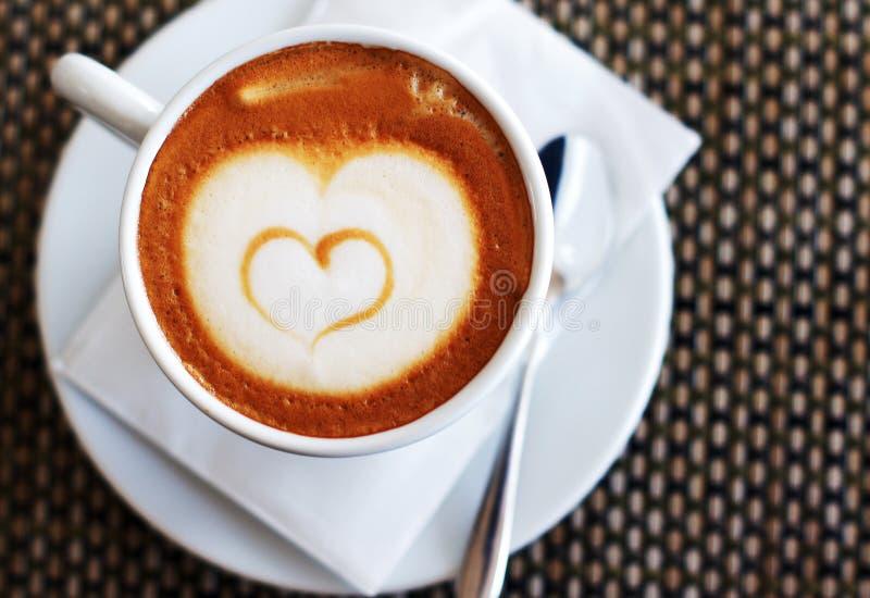 Taza de cappuccino con el corazón fotos de archivo