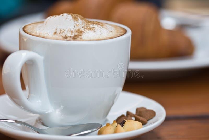 Taza de cappuccino con espuma de la leche imágenes de archivo libres de regalías