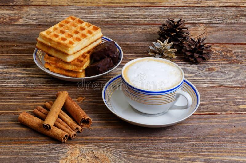 Taza de capuchino, de galletas y de caramelo de chocolate fotografía de archivo