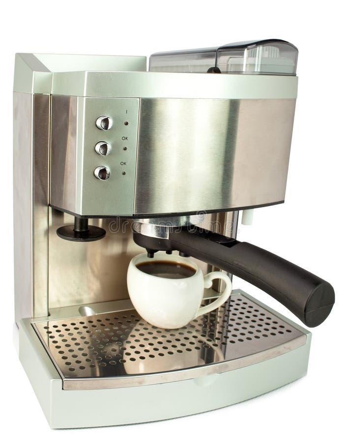Taza de cerámica blanca con café cheny y la máquina del café. Aún-vida en un fondo blanco fotografía de archivo libre de regalías
