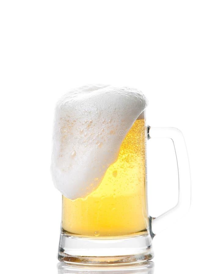 Taza de cerveza aislada en blanco imagenes de archivo