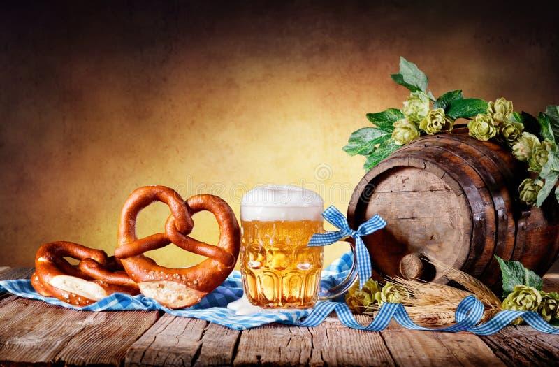 Taza de cerveza con el pretzel imágenes de archivo libres de regalías