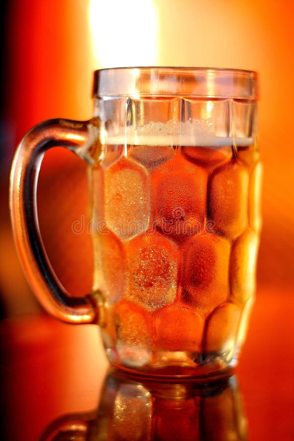 Taza de cerveza enfriada con adelante colocado bajo color amarillo foto de archivo libre de regalías
