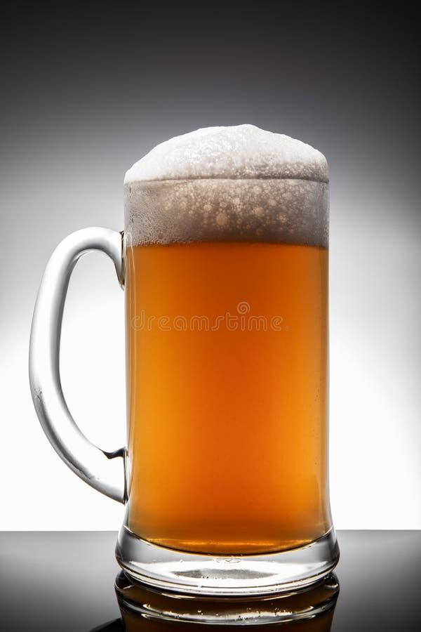 Taza de cerveza helada aislada en un fondo blanco foto de archivo libre de regalías