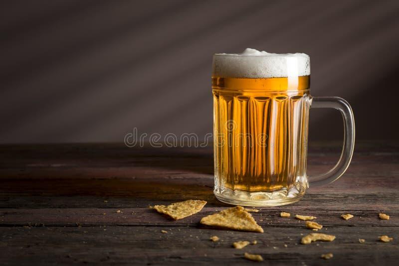 Taza de cerveza ligera fría foto de archivo libre de regalías
