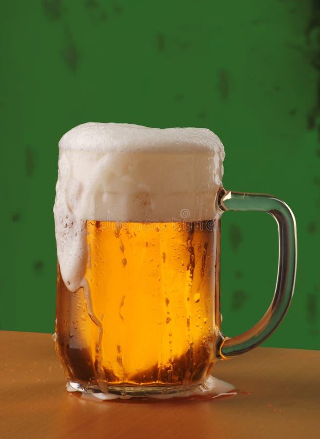 Taza de cerveza recientemente vertida fotografía de archivo