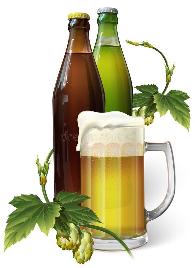 Taza de cerveza, saltos, dos botellas de cerveza foto de archivo libre de regalías
