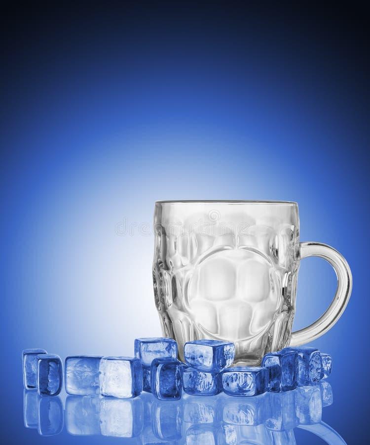 Taza de cerveza vacía con los cubos de hielo fotografía de archivo libre de regalías