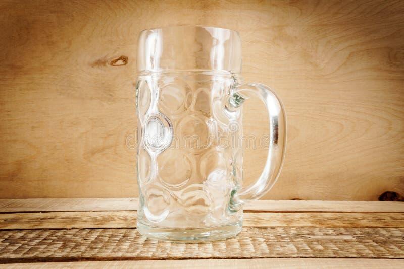 Taza de cerveza vacía en la tabla fotos de archivo libres de regalías