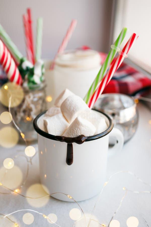 Taza de chocolate caliente o de cacao con las melcochas Concepto de la bebida de la Navidad con las luces festivas de la guirnald imagen de archivo libre de regalías