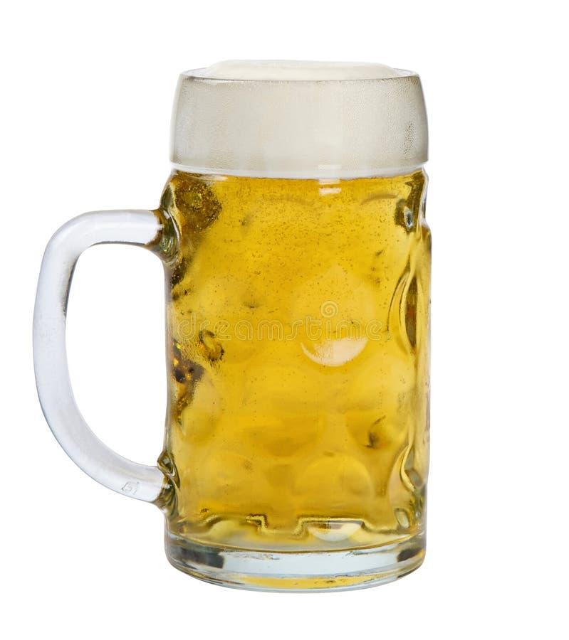 Taza de cristal de cerveza de cerveza dorada fotografía de archivo libre de regalías
