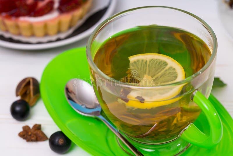 Taza de cristal elegante de té picante del limón imagen de archivo