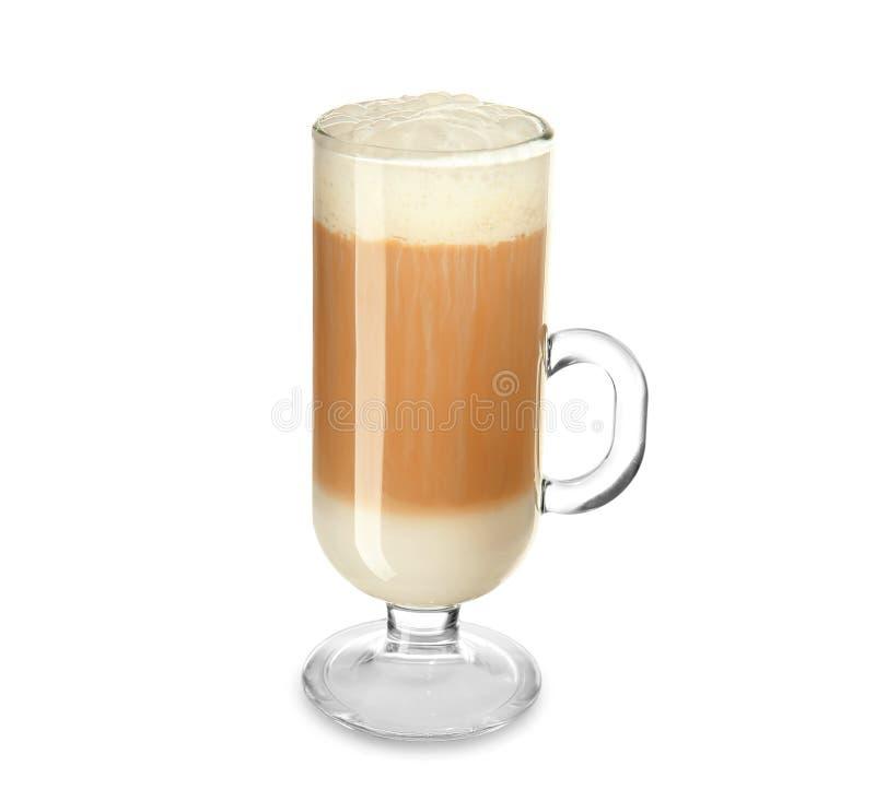 Taza de cristal de latte aromático sabroso en el fondo blanco fotografía de archivo