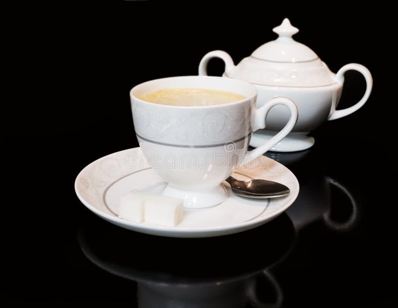 Taza de cuenco del coffe y de azúcar en fondo negro foto de archivo