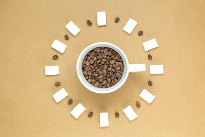 Taza de granos de café en fondo amarillo Endecha plana Visión superior fotos de archivo libres de regalías
