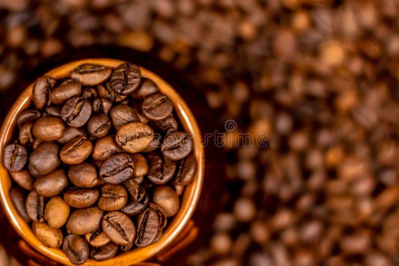Taza de granos de café, en viejo fondo oxidado Foco suave, espacio de la copia imagenes de archivo