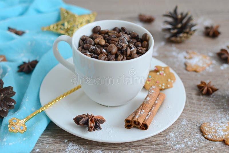 Taza de granos de caf con las decoraciones de la navidad for Decoracion con tazas de cafe