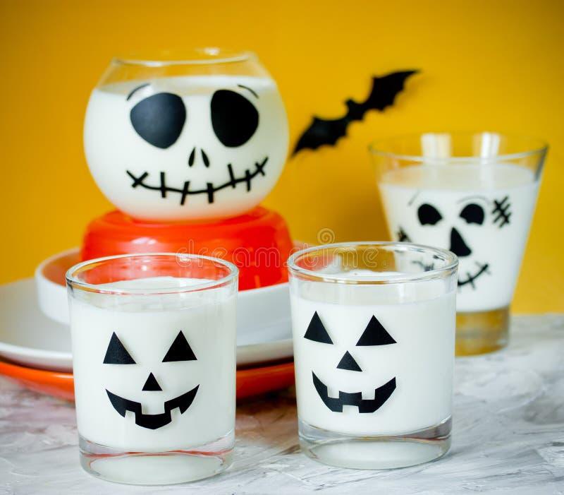 Taza de Halloween con el postre o la bebida blanco imágenes de archivo libres de regalías