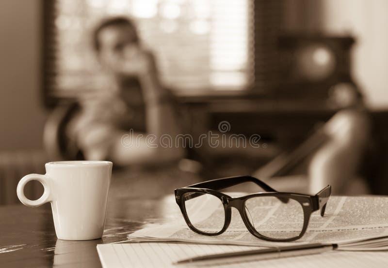 Download Taza De Hombre Del Periódico Del Café Imagen de archivo - Imagen de tono, bolígrafo: 44850959