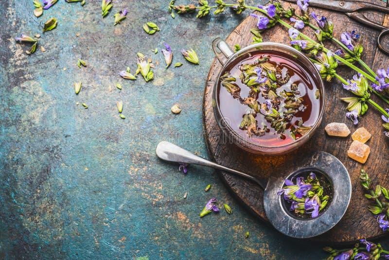 Taza de infusión de hierbas fresca con las hierbas curativas y las flores en el fondo rústico envejecido, visión superior imágenes de archivo libres de regalías