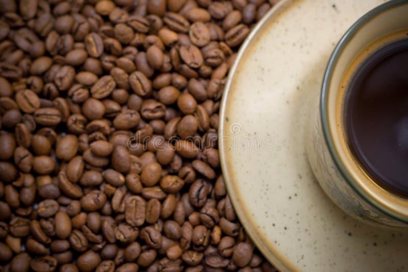 Taza de la mañana de café en habas foto de archivo libre de regalías
