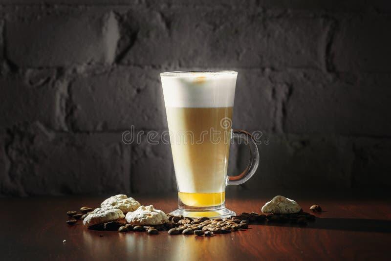 Taza de latte del café en un fondo negro foto de archivo libre de regalías