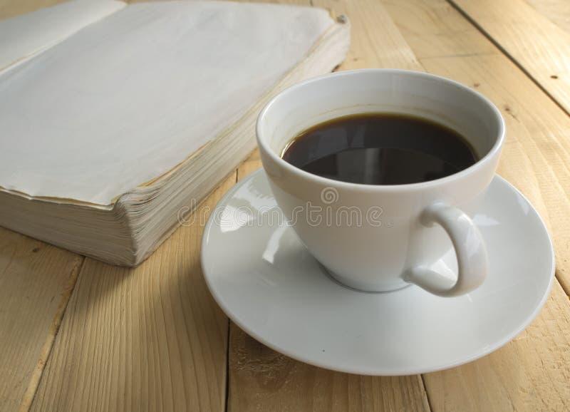 Taza de mañana del café con el libro imagen de archivo