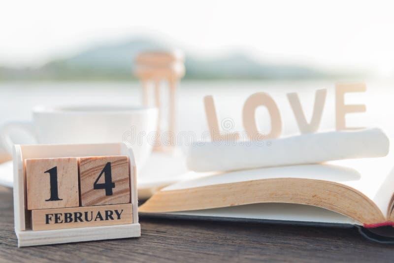 Taza de madera 14 de febrero del calendario y de café fotos de archivo
