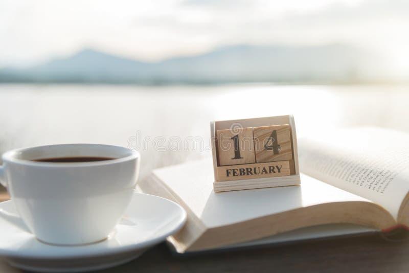 Taza de madera 14 de febrero del calendario y de café fotografía de archivo libre de regalías