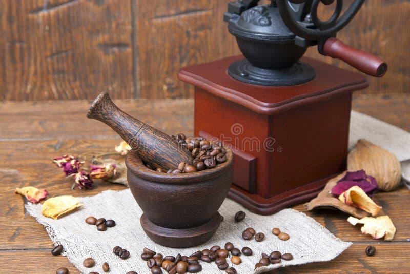 Taza de madera llena de café con las amoladoras imágenes de archivo libres de regalías
