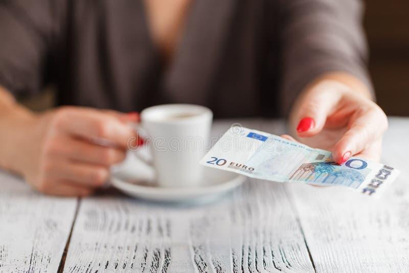 Taza de nota del café y del euro 20 imagen de archivo