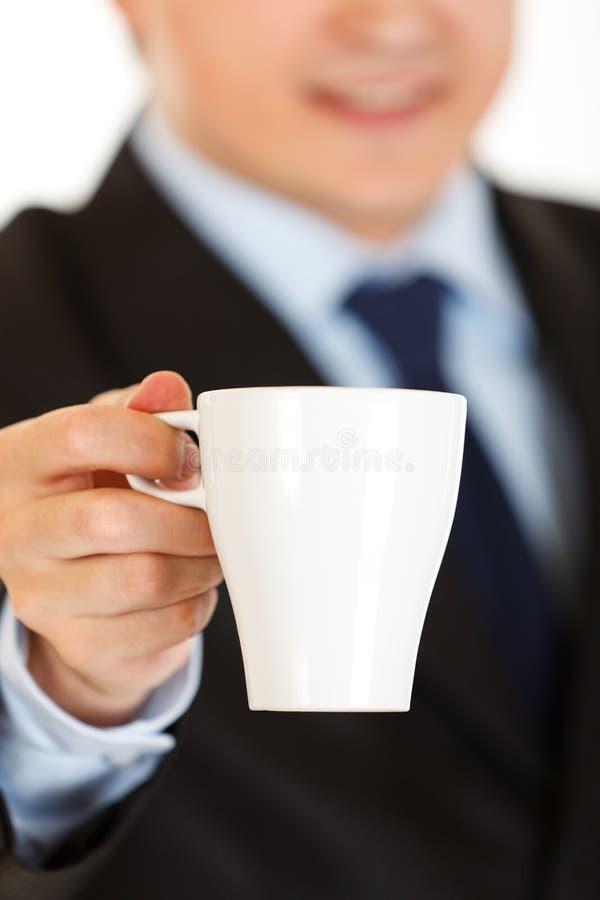 Taza De Ofrecimiento Del Hombre De Negocios De Café. Primer. Imagenes de archivo