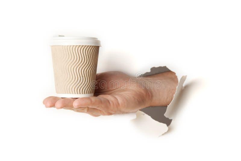 Taza de papel de café o de té caliente a disposición aislado en el fondo blanco fotos de archivo libres de regalías