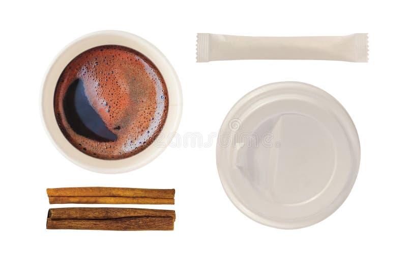 Taza de papel con café, la tapa, el azúcar y el canela fotografía de archivo libre de regalías