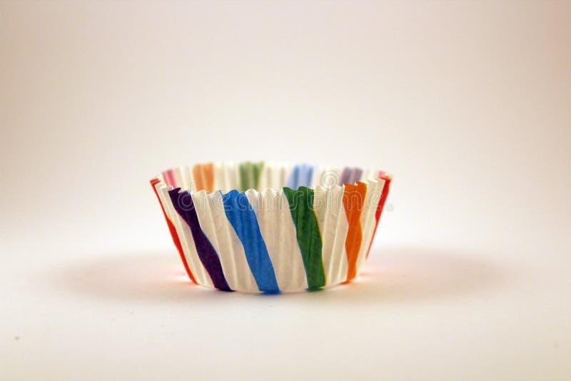 Taza de papel decorativa multicolora para las magdalenas fotografía de archivo libre de regalías