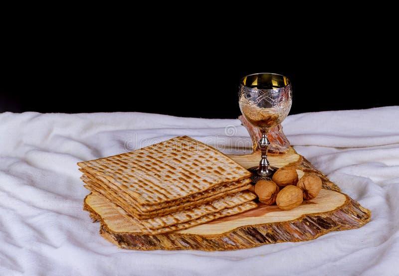Taza de plata del vino con el matzah, símbolos judíos para el día de fiesta de Pesach de la pascua judía Concepto de la pascua ju imágenes de archivo libres de regalías