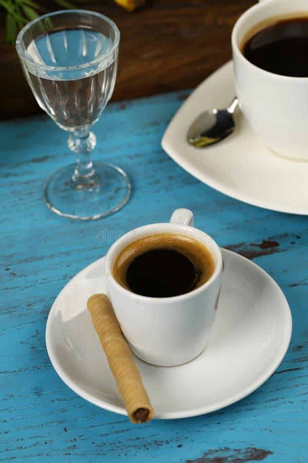 Taza de rodillos del café y de la oblea foto de archivo libre de regalías