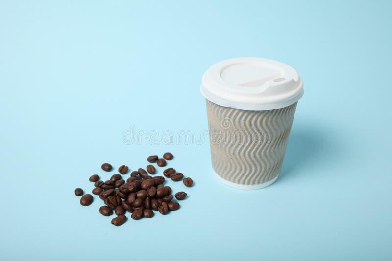 Taza de servicio del caf?, para llevar y del barista foto de archivo libre de regalías
