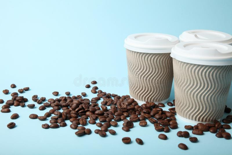 Taza de servicio del caf?, para llevar y del barista fotografía de archivo libre de regalías
