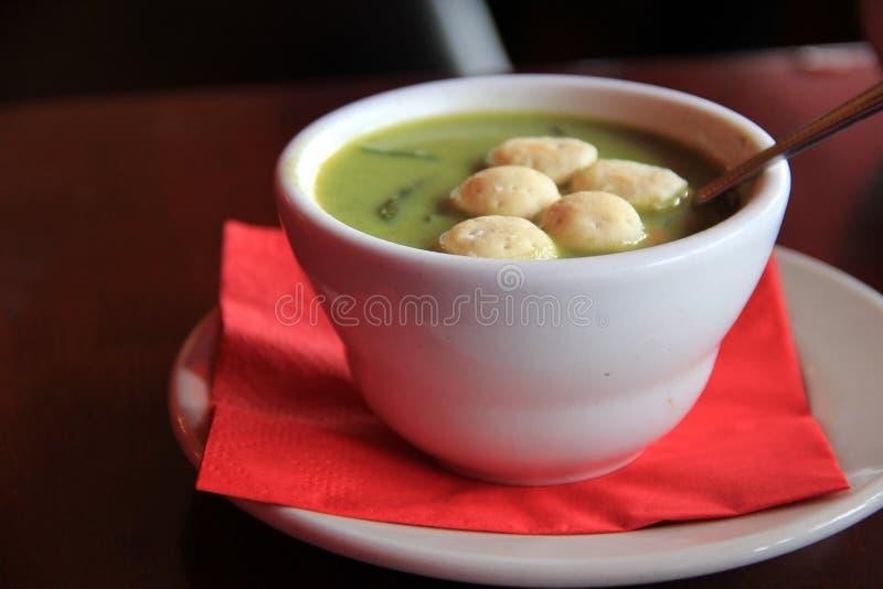 Taza de sopa cremosa del espárrago foto de archivo