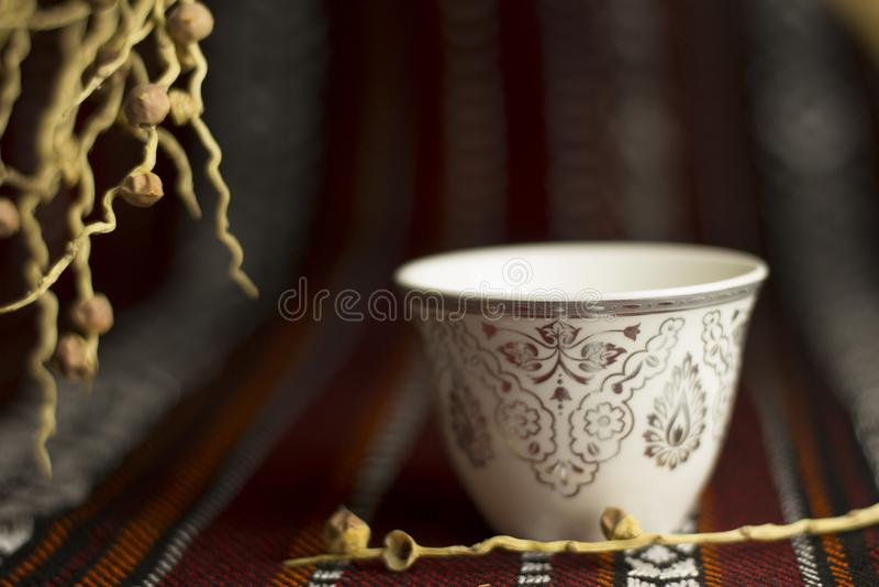 Taza de té árabe en una tienda de los majlis fotos de archivo libres de regalías