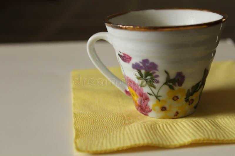 Taza de té blanca minúscula fotografía de archivo