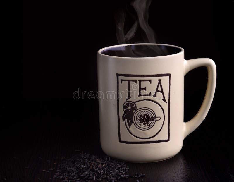 Taza de té caliente en la tabla imágenes de archivo libres de regalías