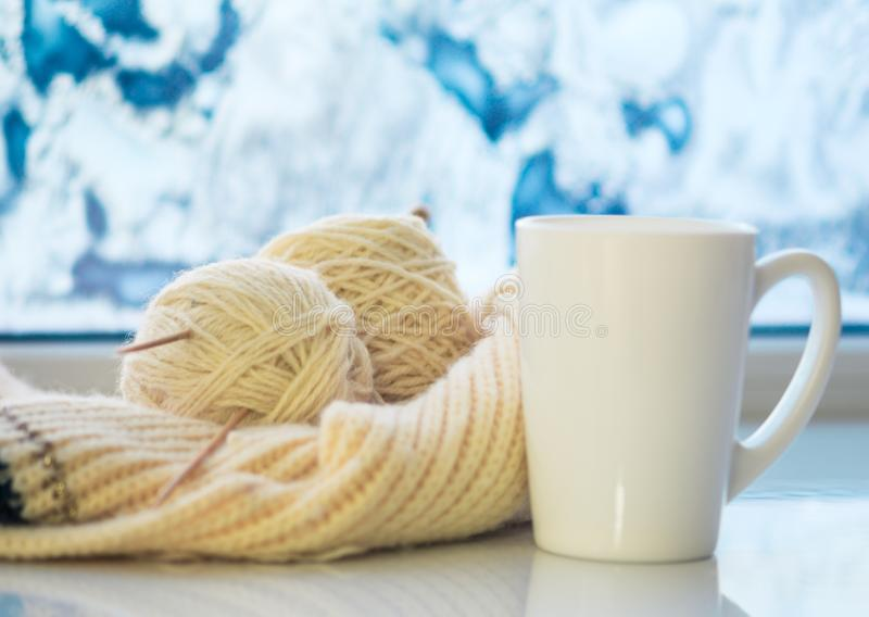 Taza de té caliente y de lana caliente fotografía de archivo