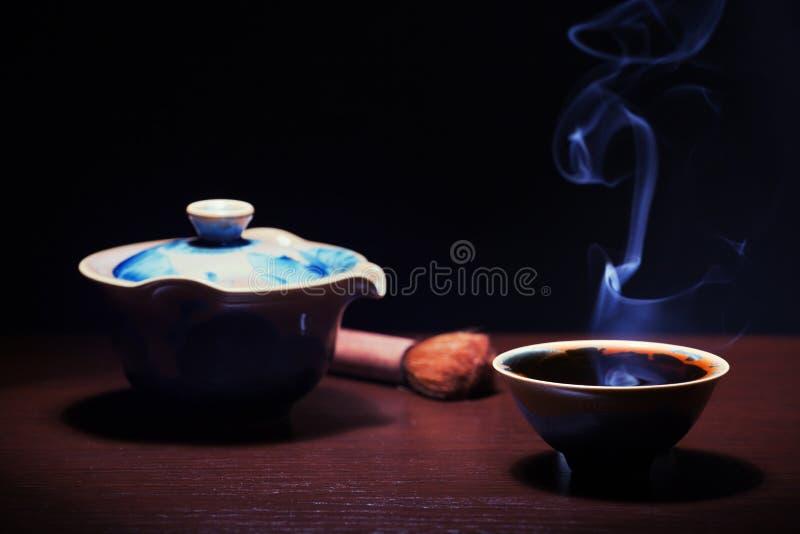 Taza de té china caliente negra imagenes de archivo