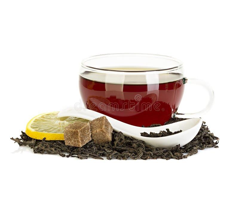 Taza de té con el limón y de té negro aislado en blanco foto de archivo libre de regalías