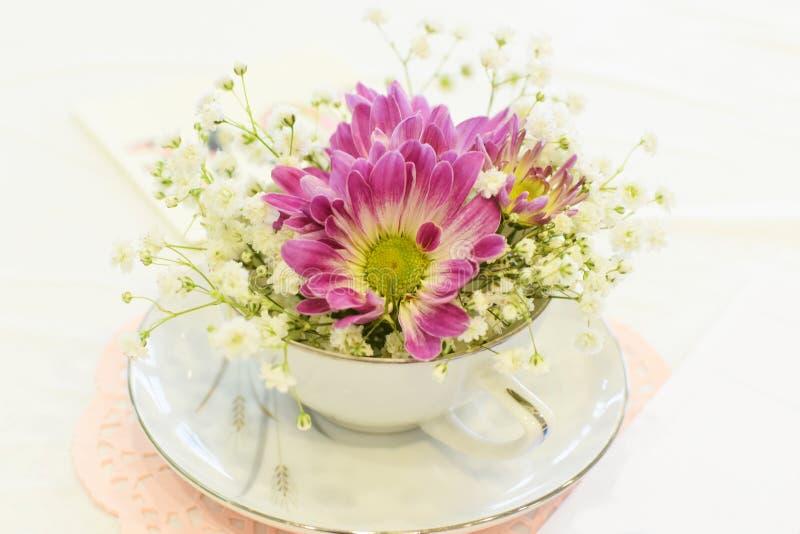 Taza de té con las flores fotos de archivo