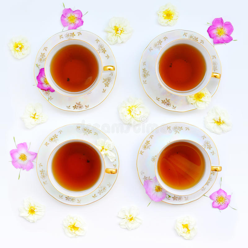 Taza de té con las rosas fotos de archivo